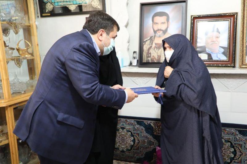 تکریم خانواده شهید مدافع حرم حسن اکبری با حضور شهردار منطقه 19